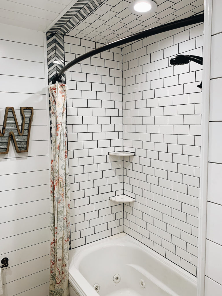 Farmhouse bath: subway tile